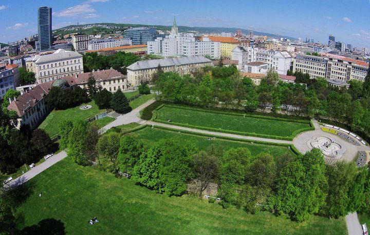 Comenius Universität Bratislava Luftaufnahme der Medizinischen Fakultät und des wunderschönen Medical Garden's.